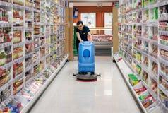 曼谷,泰国- 6月16:无提名的Foodland超级市场雇员2019年6月16日清洗地板与一个机器在曼谷 免版税图库摄影