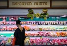 曼谷,泰国- 7月01 :未认出的女性顾客商店 免版税库存图片