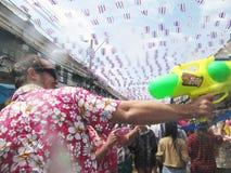 曼谷,泰国- 4月13 :未认出的泰国和国际人民享用  库存图片