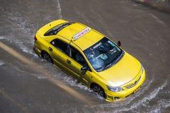曼谷,泰国- 10月14,2017 :泰国洪水看法在Ratchada-Ladprao路的和交通堵塞在高峰时间 免版税库存图片