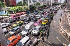 曼谷,泰国- 10月14,2017 :泰国洪水看法在Ratchada-Ladprao路的和交通堵塞在高峰时间 库存照片