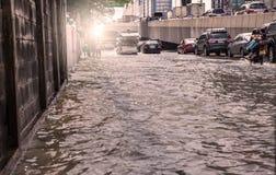 曼谷,泰国- 10月14,2017 :泰国洪水看法在Ratchada-Ladprao路的和交通堵塞在高峰时间 库存图片