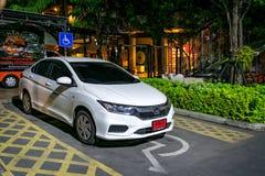 曼谷,泰国- 11月04 :白色车非法地停放i 库存照片