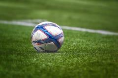 曼谷,泰国- 2月14 :老足球或橄榄球球在体育场内在曼谷, 20的2月14日,泰国 库存照片