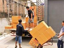 曼谷,泰国6月21,2019:运输从卡车的工作者物品 免版税库存照片