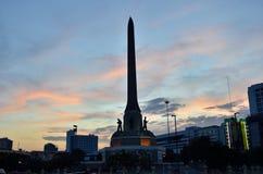 曼谷,泰国- 12月27 :2014年 夜视图胜利纪念碑是一座大军事纪念碑在12月27日的曼谷:2014年, i 免版税库存图片