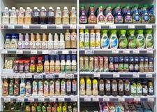 曼谷,泰国- 8月17 :Foodland超级市场在曼谷充分地库存架子与2018年8月17日的色拉调味品 库存图片