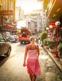 曼谷,泰国- 7月31 :Yaowarat路的中国镇 少妇步行沿着向下街道的, 2010年7月31日的泰国 免版税库存照片