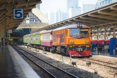 曼谷,泰国04,2017 :火车等待在火车站华Lamphong平台在曼谷 库存图片