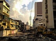 曼谷,泰国- 12/11/2015 :玩具和比赛Saphanhelk市场  工作者折除老大厦变换成pu 库存图片