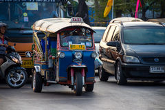 曼谷,泰国DEC 12 :游人作为tuk-tuk为了方便s 免版税库存图片