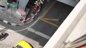 曼谷,隧道交通 看通过一个长方形格栅,泰国的中央 路和隧道曼谷 业务量 股票视频