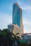 曼谷, TAILAND - 2016年11月28日:城市摩天大楼 复制文本的空间 垂直 库存照片