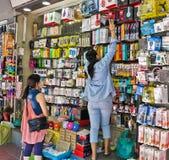 曼谷, THAILAND-FEBRUARY 04,2017 :卖主提取拾起手机辅助部件在曼谷,泰国的suapa市场上 免版税库存照片