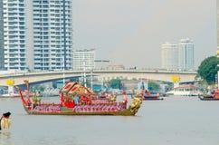 曼谷, THAILAND-NO VEMBER 9 :装饰的驳船游行通过盛大宫殿在昭披耶河在油炸物期间Kathina ceremon 图库摄影