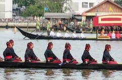 曼谷, THAILAND-NO VEMBER 9 :装饰的驳船游行通过盛大宫殿在昭披耶河在油炸物期间Kathina ceremon 库存照片