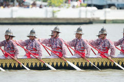 曼谷, THAILAND-NO VEMBER 9 :装饰的驳船游行通过盛大宫殿在昭披耶河在油炸物期间Kathina ceremon 库存图片