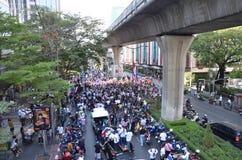 曼谷- 2014年1月:走沿路的未认出的泰国抗议者 库存图片