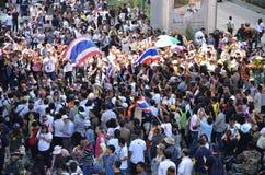 曼谷- 2014年1月:走沿路的未认出的泰国抗议者 免版税库存图片