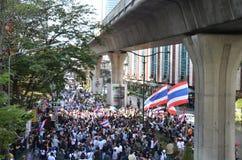 曼谷- 2014年1月:走沿路的未认出的泰国抗议者 免版税库存照片