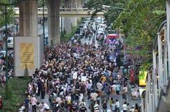 曼谷- 2014年1月:走沿路的未认出的泰国抗议者 库存照片