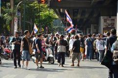 曼谷- 2014年1月:走沿路的未认出的泰国抗议者 免版税图库摄影