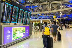 曼谷- 10月16日乘客到达登记处柜台2013年10月16日的素万那普机场在曼谷,泰国机场 免版税库存图片