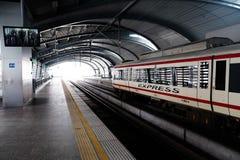 曼谷-10月17日:一个空的地铁MRT驻地的一个人2014年10月17日在曼谷,泰国 MRT服务超过240 库存图片