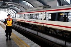 曼谷-10月17日:一个空的地铁MRT驻地的一个人2014年10月17日在曼谷,泰国 MRT服务超过240 免版税库存图片