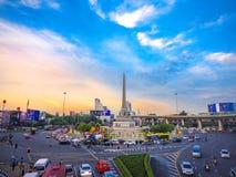 曼谷- 2015年6月13日:在胜利纪念碑的晚上视图在中央公共汽车运输在2015年6月13日的曼谷 库存图片