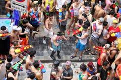 曼谷4月15日:在Silom路,曼谷的Songkran节日,是  免版税图库摄影