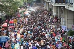 曼谷4月13日:在Silom路,曼谷的Songkran节日,是  免版税库存照片