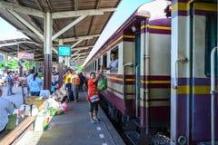曼谷-7月11日:未认出的妇女商人交付菜 图库摄影