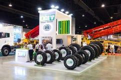 曼谷-9月21日:BKT在显示的轮胎卡车在修建 库存照片