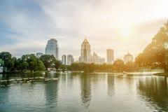 曼谷-11月7日:Lumpini公园湖视图泰国首都的 库存照片