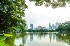 曼谷-11月7日:Lumpini公园湖视图泰国首都的 图库摄影