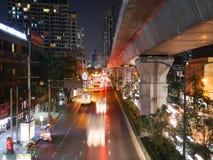 曼谷12月28日2016年在曼谷街道的,泰国每夜的交通  库存图片