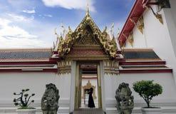 曼谷1月2日2019年泰国:外部和Eentrance在天空蔚蓝下在Wat Pho寺庙,Wimon Mangkhalaram Ratchaworamahawihan 库存图片
