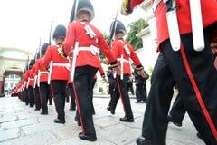 曼谷- 10月14 :改变卫兵在o的盛大宫殿 库存照片