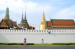 曼谷- 8月03 :旅客拍照片是在封垫pa的一件礼物 免版税库存图片