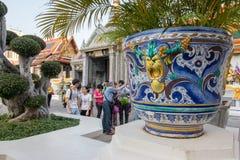 曼谷- 12月25 :旅行到宫殿和曼谷玉佛寺的游人2015年12月25日在曼谷,泰国 库存照片