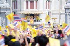 曼谷- 12月5 :泰国人坐外面为85th生日普密蓬・阿杜德国王嗯庆祝2012年12月5日的 库存照片