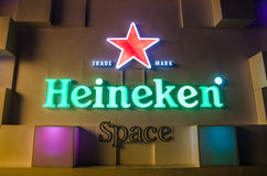 曼谷- 11月28 :海涅肯在夜中央世界的选择商标 免版税库存照片