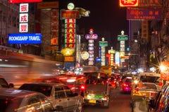 曼谷- 12月31 :繁忙的Yaowarat路在Decemb的夜 免版税图库摄影