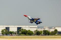 曼谷- 3月23 :Breitling在皇家天空Breitling队和Rayal泰国空军队飞行表演下的喷气机队在Donmueang曼谷 库存图片