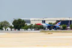 曼谷- 3月23 :Breitling在皇家天空Breitling队和Rayal泰国空军队飞行表演下的喷气机队在Donmueang曼谷 免版税库存照片