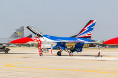 曼谷- 3月23 :Breitling在皇家天空Breitling队和Rayal泰国空军飞行表演之下的喷气机队在Donmueang曼谷 图库摄影