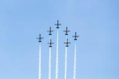 曼谷- 3月23 :Breitling在皇家天空Breitling队和Rayal泰国空军飞行表演之下的喷气机队在Donmueang曼谷 免版税库存照片