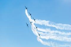 曼谷- 3月23 :Breitling在皇家天空Breitling队和Rayal泰国空军飞行表演之下的喷气机队在Donmueang曼谷 免版税库存图片