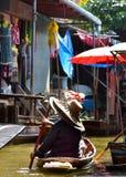 """曼谷/泰国†""""2017年1月20日:老妇人与附近一条小船一起使用在浮动市场上到曼谷 免版税库存照片"""